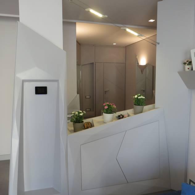 divisorio contenitore living-ingresso: Soggiorno in stile in stile Moderno di antonio giordano architetto