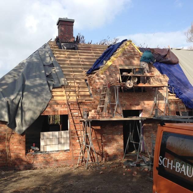 Schornsteinkopf und Lattung für das neue Reetdach: von Architekturatelier Biermann