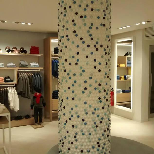 Colonna lato Bambino: Negozi & Locali Commerciali in stile translation missing: it.style.negozi-locali-commerciali.mediterraneo di Tuscany Art