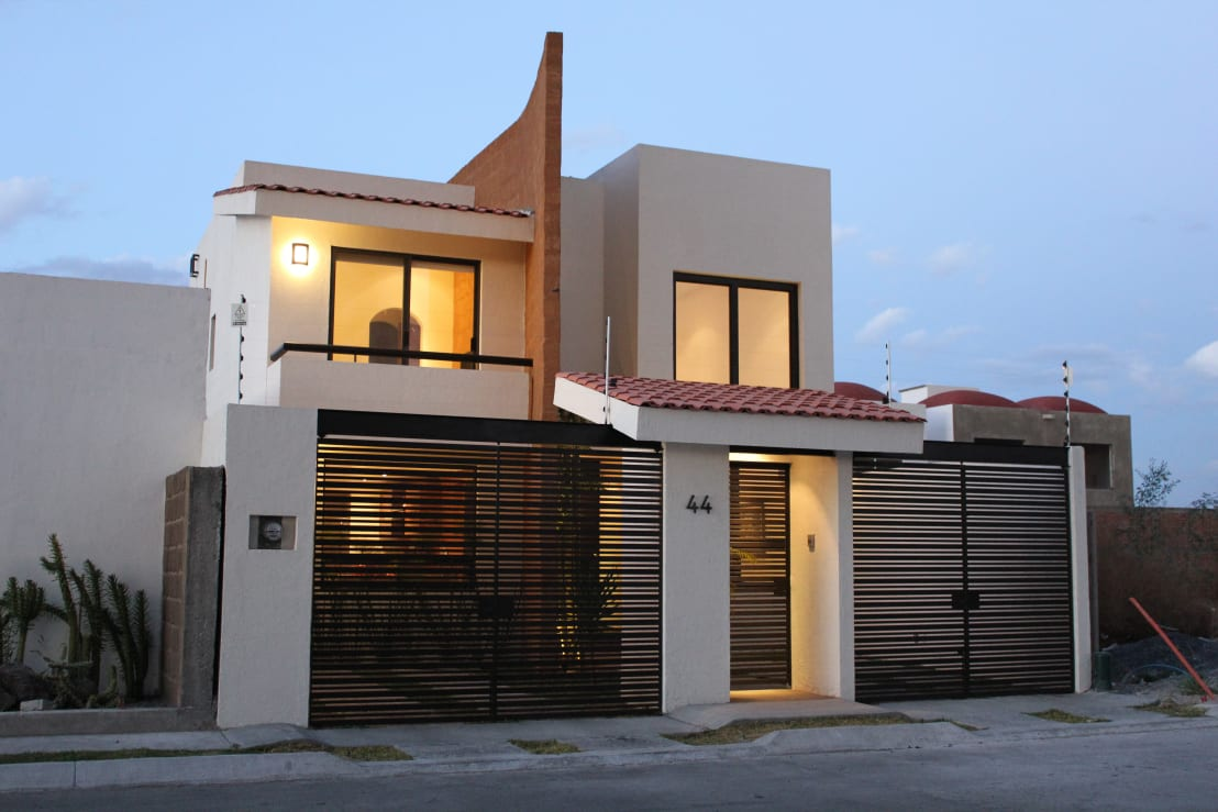 Fachadas modernas 7 ideas de puertas y portones for Ideas para fachadas casas modernas