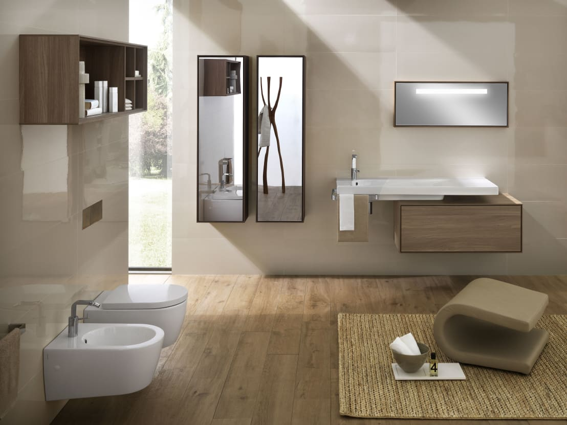 Il bagno moderno con lo specchio contenitore - Specchio con lampadine ...