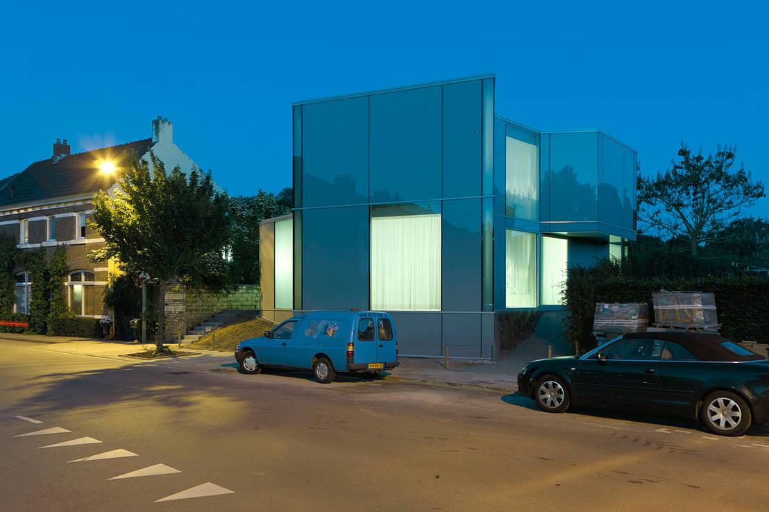 유리로 완성된 미니멀리즘 스타일 주택