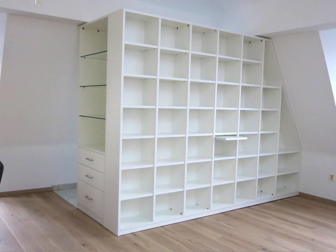 regal mit schr ge als raumtrenner von homify. Black Bedroom Furniture Sets. Home Design Ideas