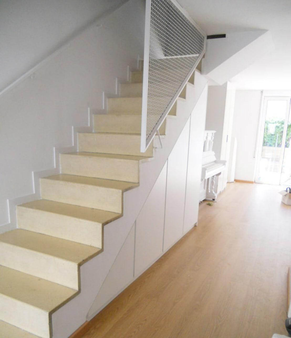 Armario a medida abuhardillado bajo escalera barcelona - Habitaciones con escaleras ...