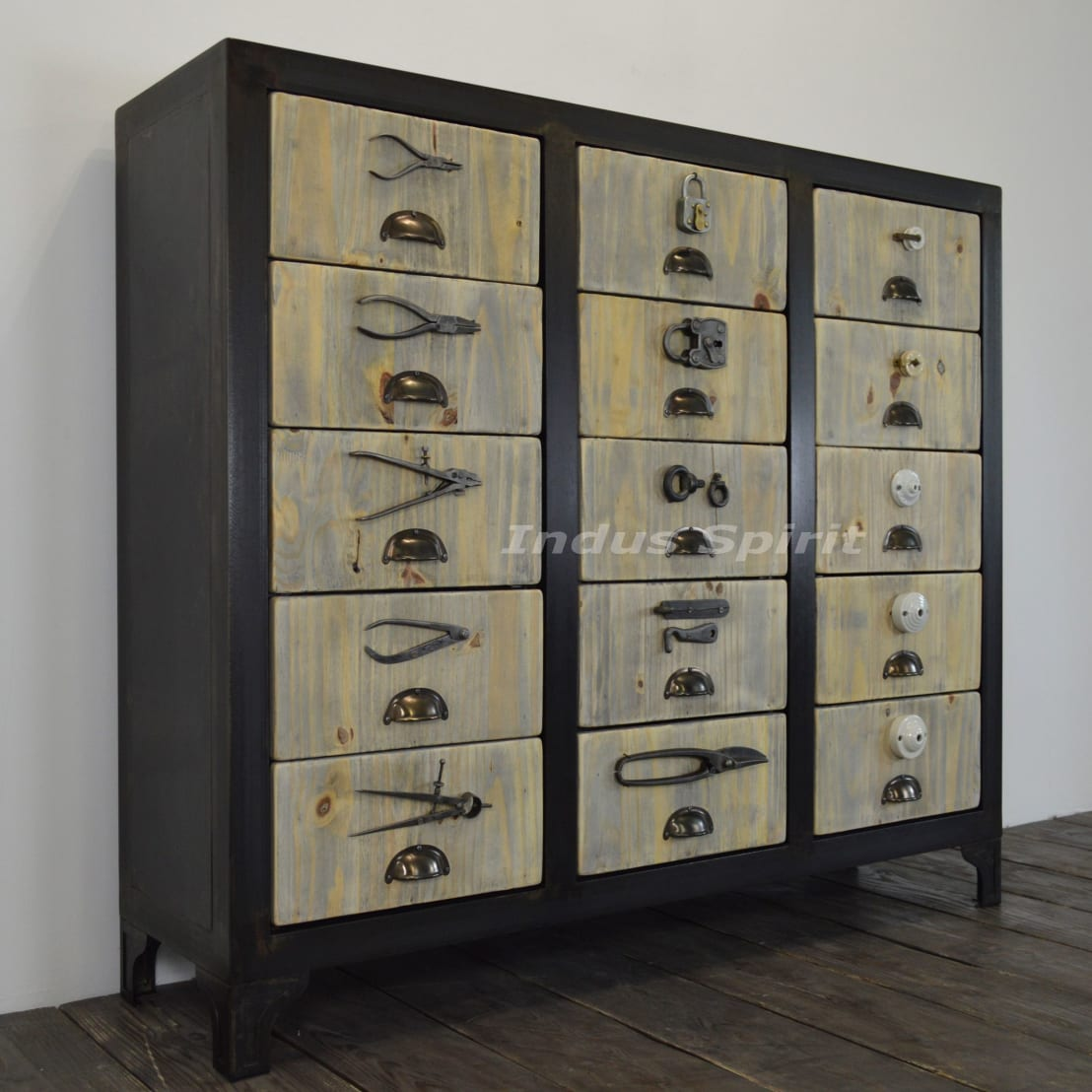 meuble de style quincaillerie par indus spirit homify. Black Bedroom Furniture Sets. Home Design Ideas