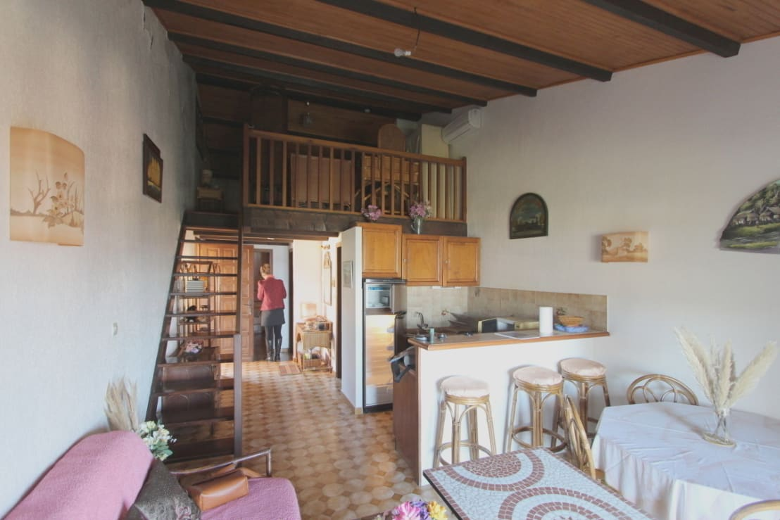 petit budget pour cette r novation d 39 un appartement de bord de mer corse du sud por atelier rnb. Black Bedroom Furniture Sets. Home Design Ideas