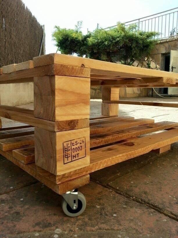 Mesa hecha con palets con ruedas por mind made muebles for Mesa palets ruedas