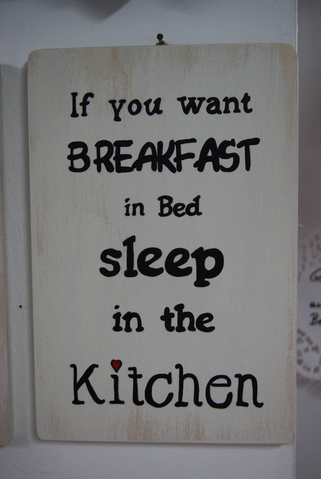 holztafel als wanddeko mit spruch breakfast in bed von. Black Bedroom Furniture Sets. Home Design Ideas