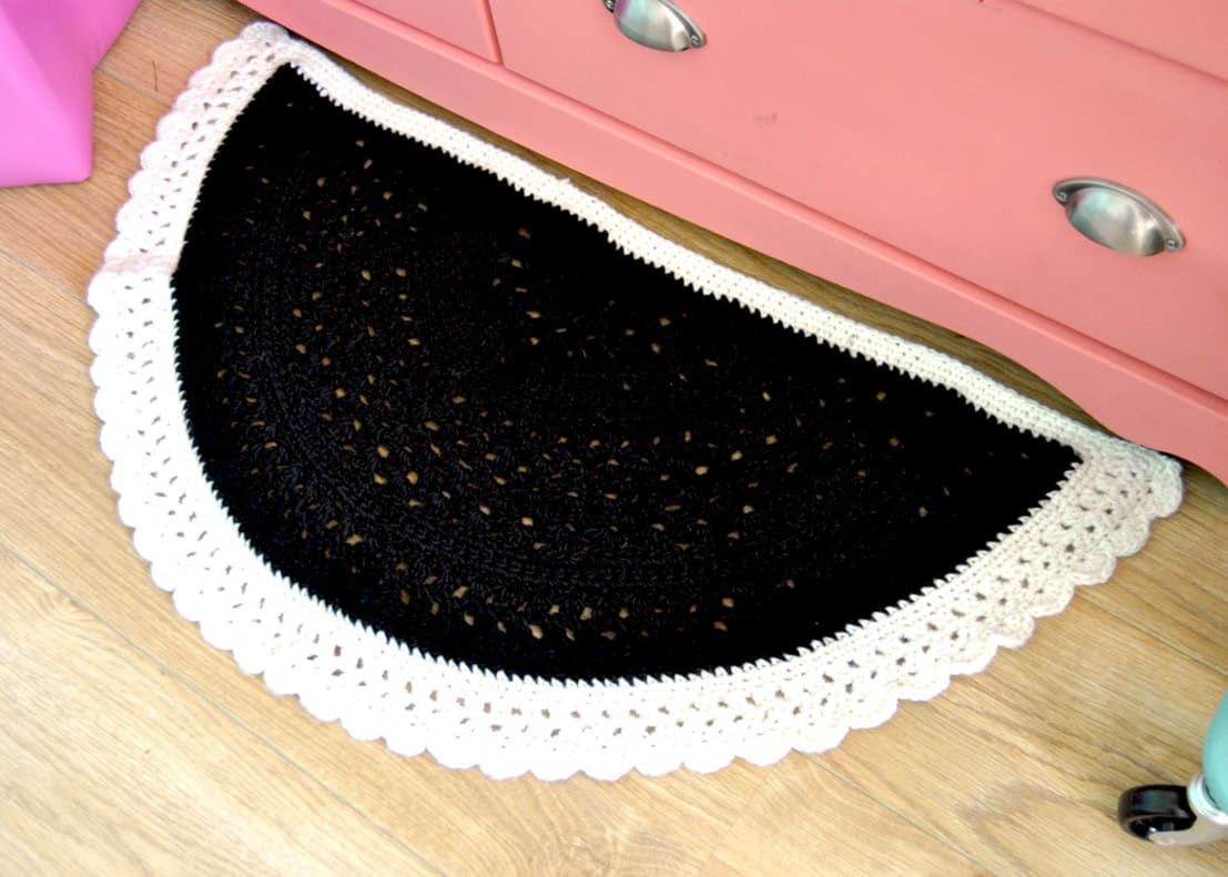 tapis demi cercle au crochet fait main en laine epaisse blanc et noir by ohlala mademoiselle. Black Bedroom Furniture Sets. Home Design Ideas