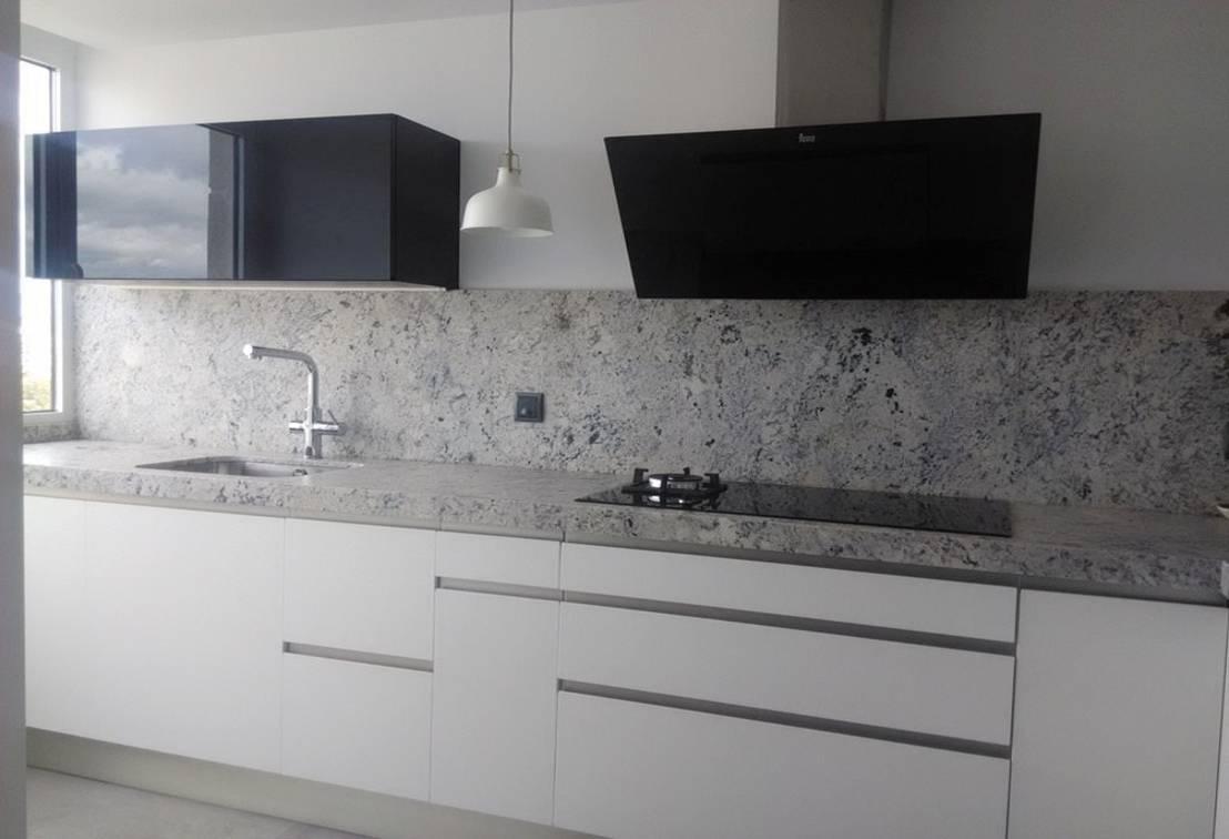 Negro blanco y gris una mezcla que realza una cocina by for Cocinas blancas con silestone