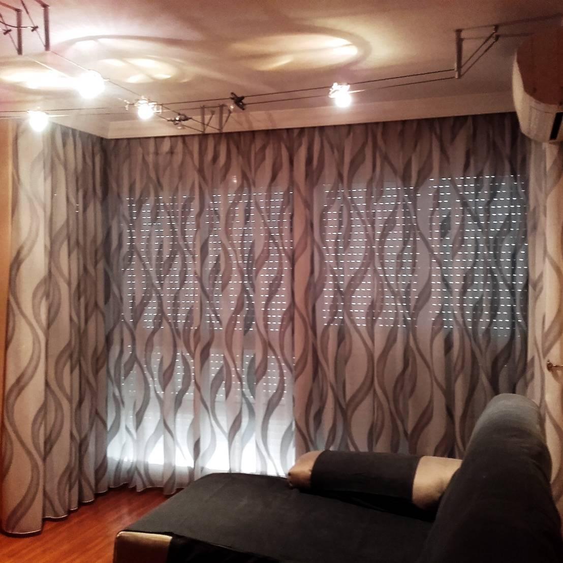 Comedor con visillos de navarro valera cortinas y hogar for Visillos para comedor