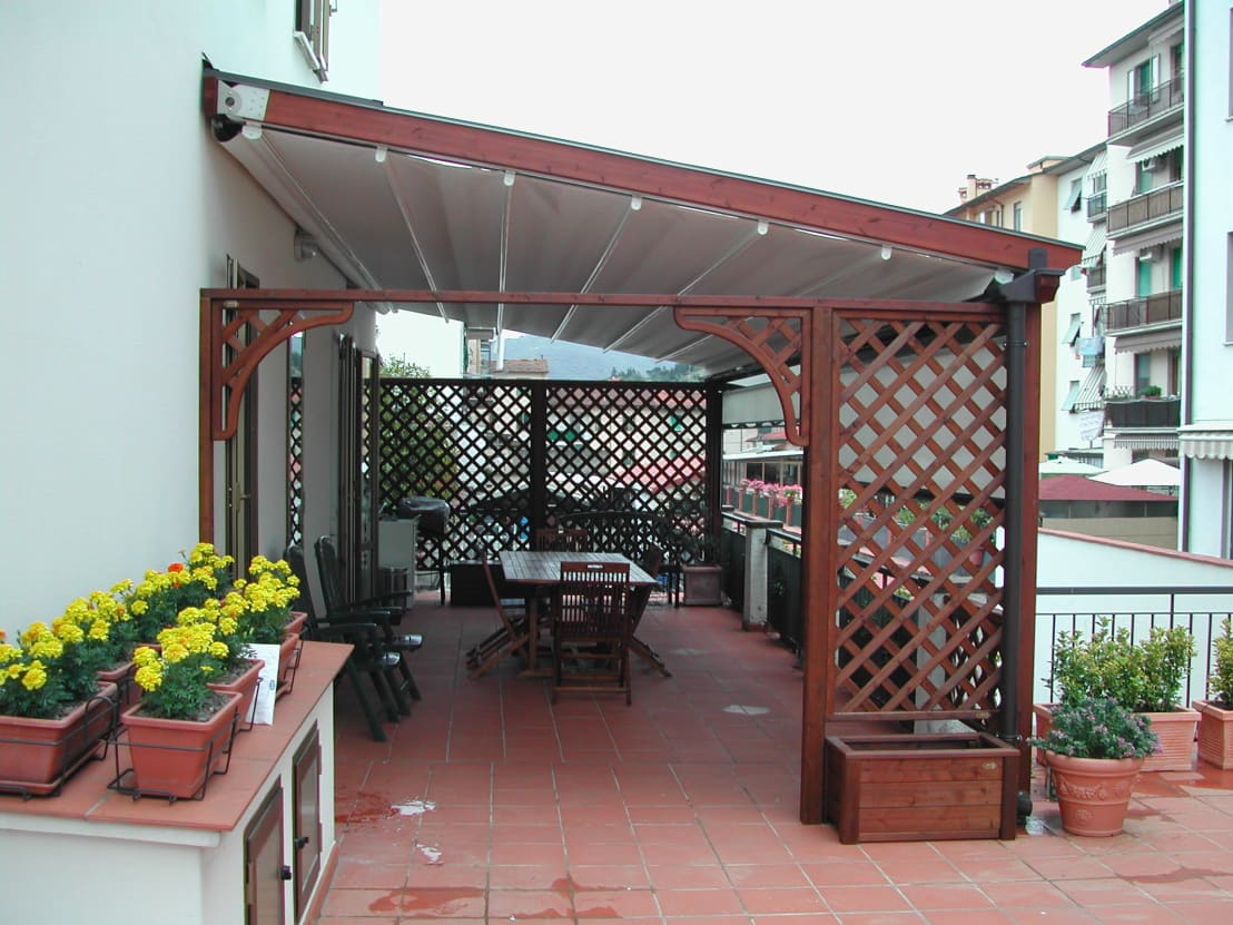 Veranda in legno con tenda mobile motorizzata di svitavvita homify - Mobili per veranda ...