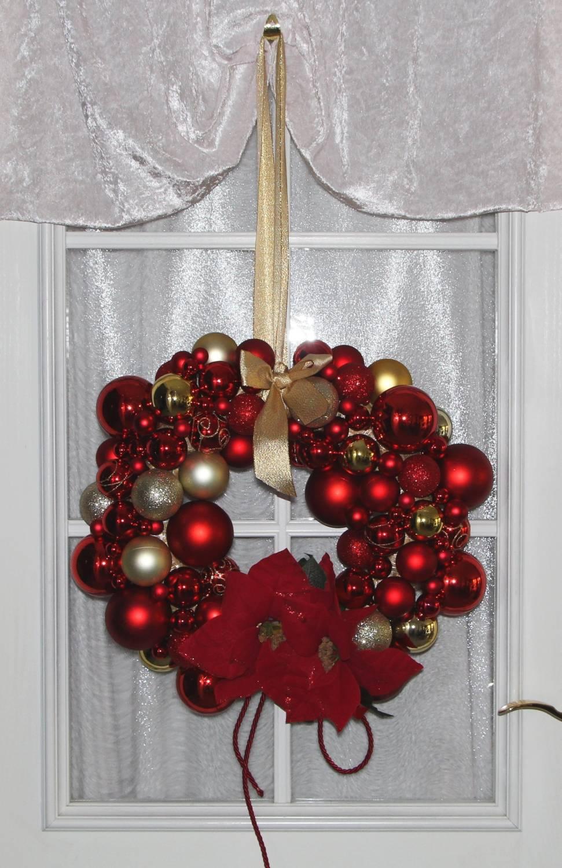 T rkranz weihnachten mit kugeln und weihnachtssternen in for Kugeln gartendekoration