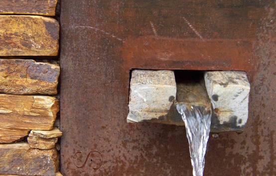 Fuente de piedra y acero