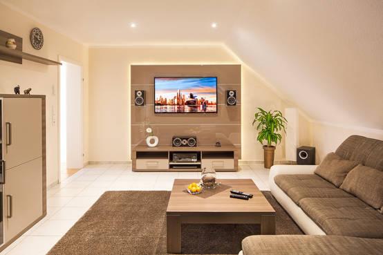 so wird aus dem wohnzimmer ein kleines heimkino. Black Bedroom Furniture Sets. Home Design Ideas