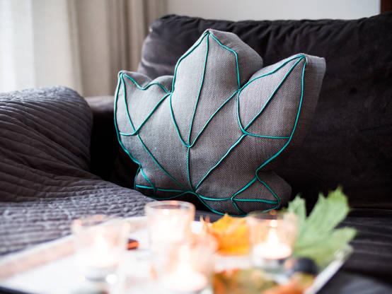 diy kissen mit blattmotiv selbst n hen. Black Bedroom Furniture Sets. Home Design Ideas