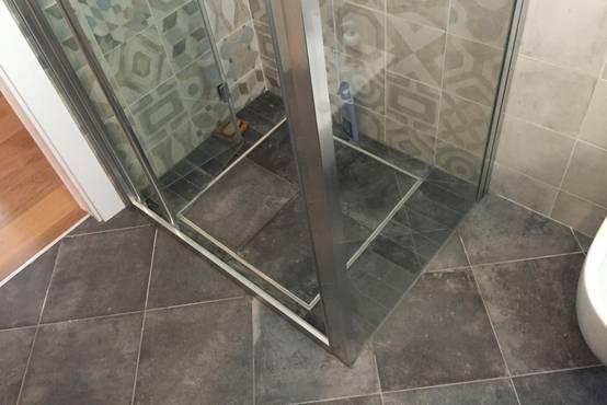 Piatto doccia filo pavimento vantaggi e prezzi - Sigillare fughe piastrelle doccia ...