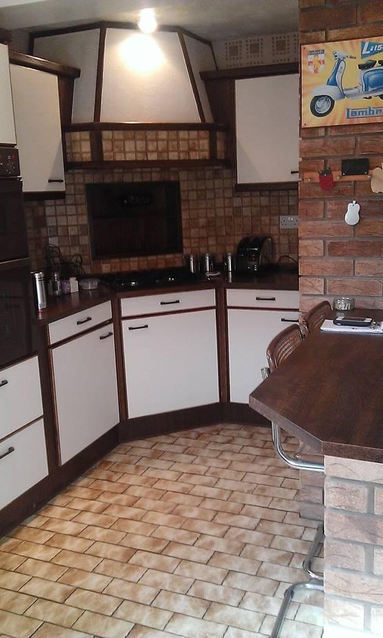 r novation compl te pour cette cuisine des ann es 80. Black Bedroom Furniture Sets. Home Design Ideas