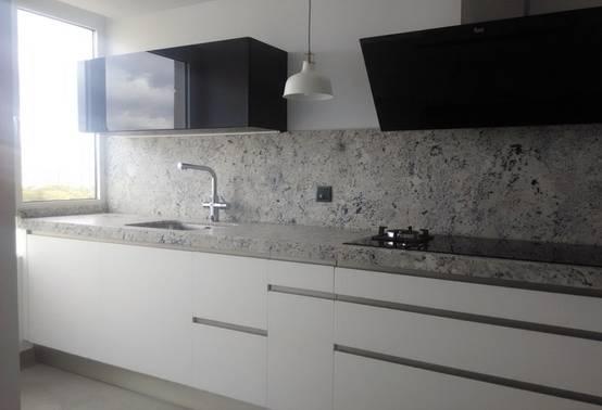 11 fotos de una cocina moderna con tope de granito for Cocinas blancas con granito