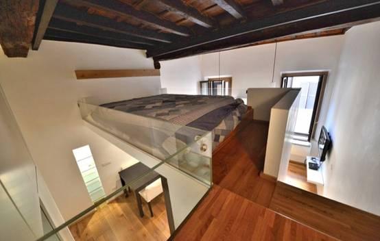 Un piccolissimo appartamento con soppalco che sembra for Camera da letto studio