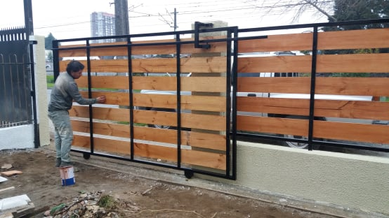 C mo construir una reja de entrada con port n autom tico for Como hacer un porton de madera economico