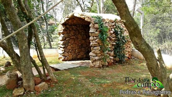 Gruta com paredes de pedra