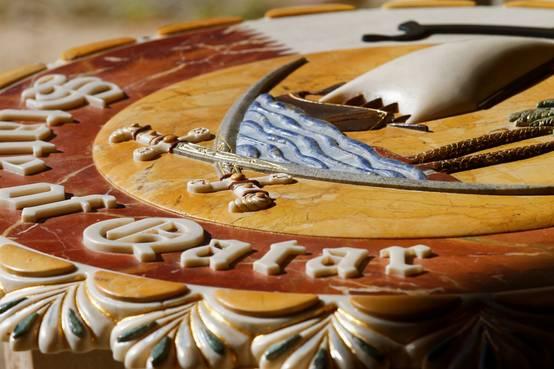 3 قطع فنية رخامية فريدة من نوعها تزخرفت بأروع النقوش البارزة