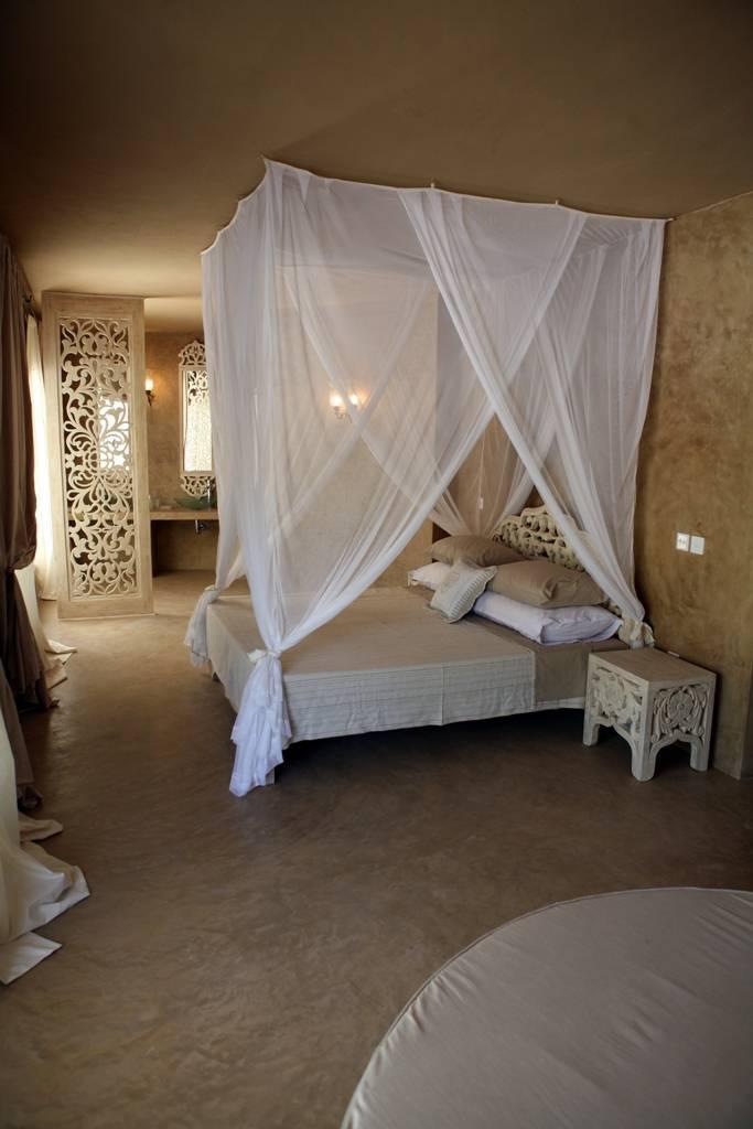 Una camera da letto in bianco, per sognare con poco