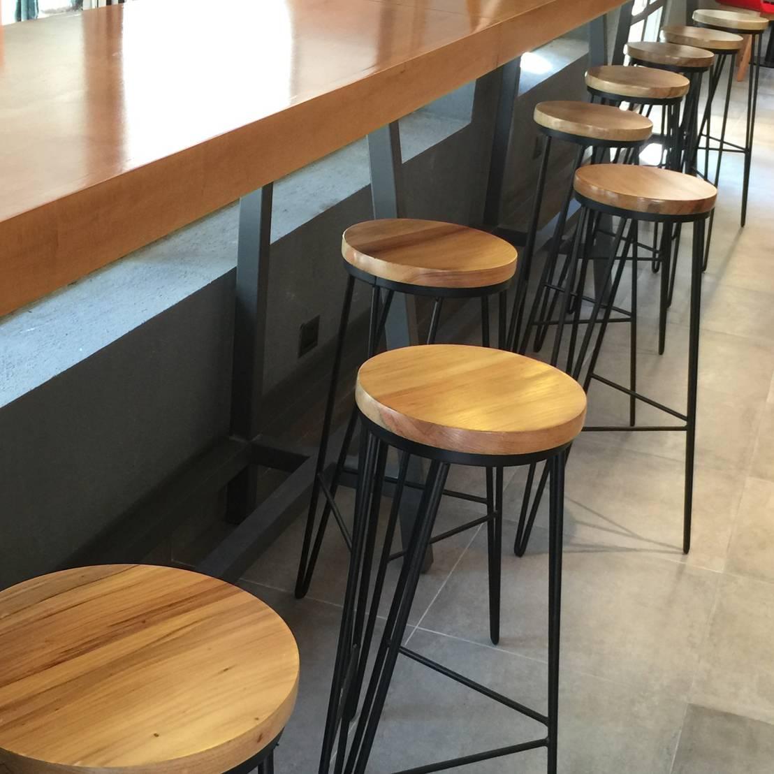Bancos de bar para disfrutar a gusto for Bancos de bar de madera