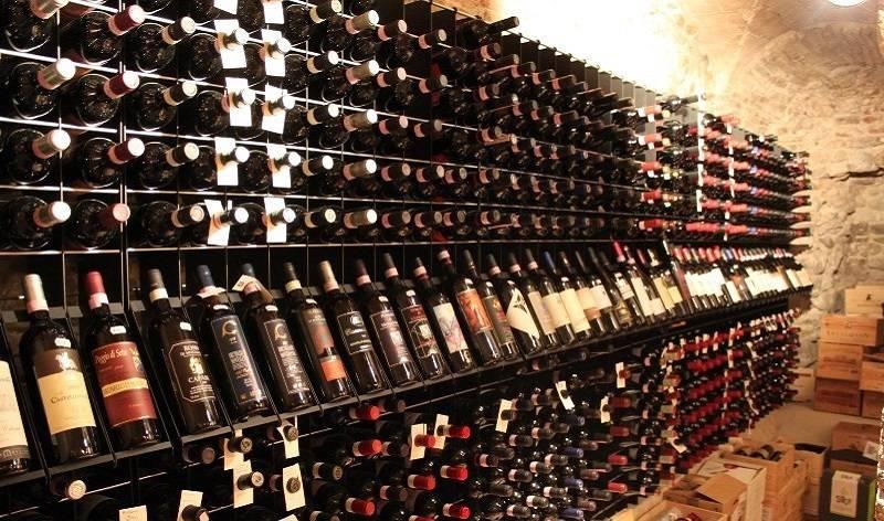 Arredamento esigo per enoteca e punto vendita vino di for Vendita arredamento