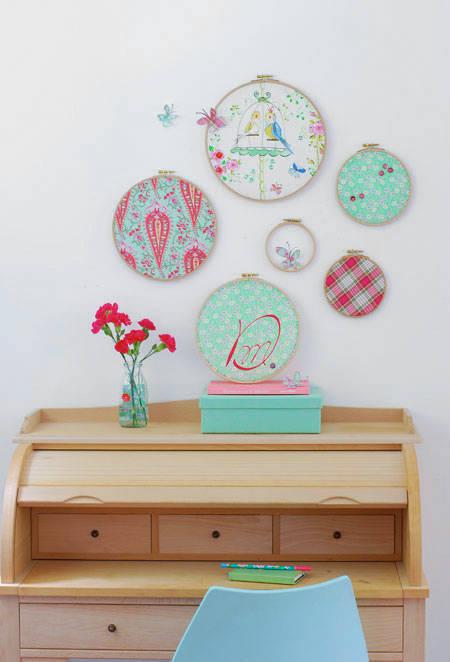 diy ausgefallene wanddeko mit stickrahmen. Black Bedroom Furniture Sets. Home Design Ideas