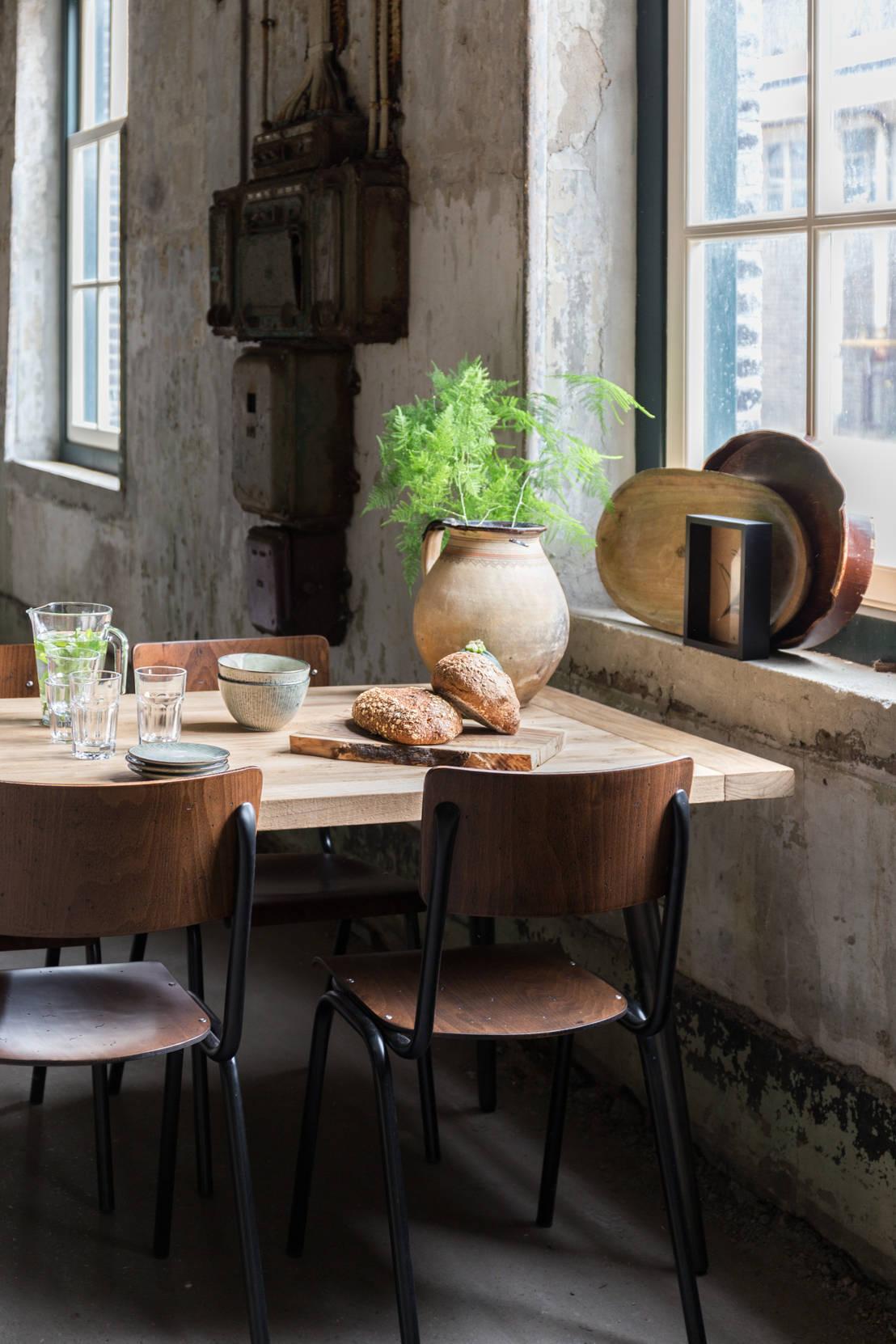 Wonderlijke tafels en stoelen van notenhout