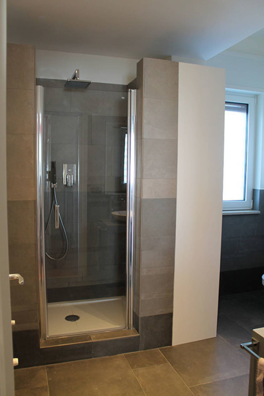 Idee per il bagno via la vasca per un box doccia moderno - Idee per rivestire un bagno ...