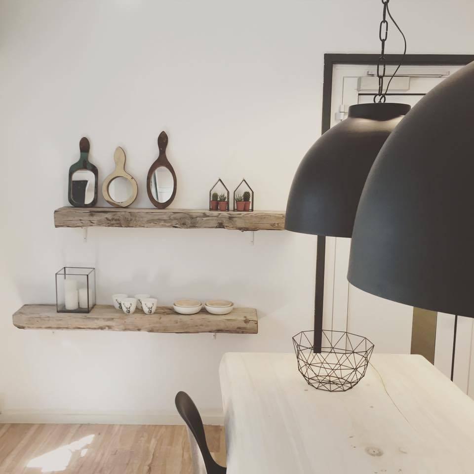 Bijzondere houten planken aan de muur
