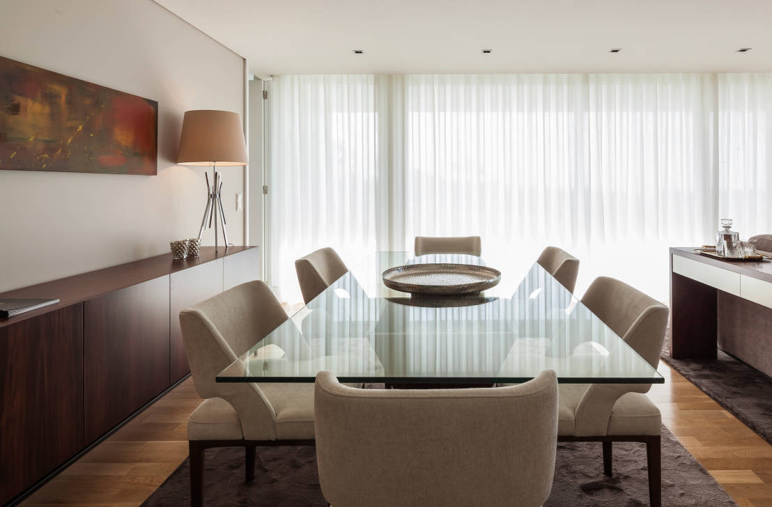 Il tavolo in cristallo raffinato ed elegante for Tavolo in cristallo moderno
