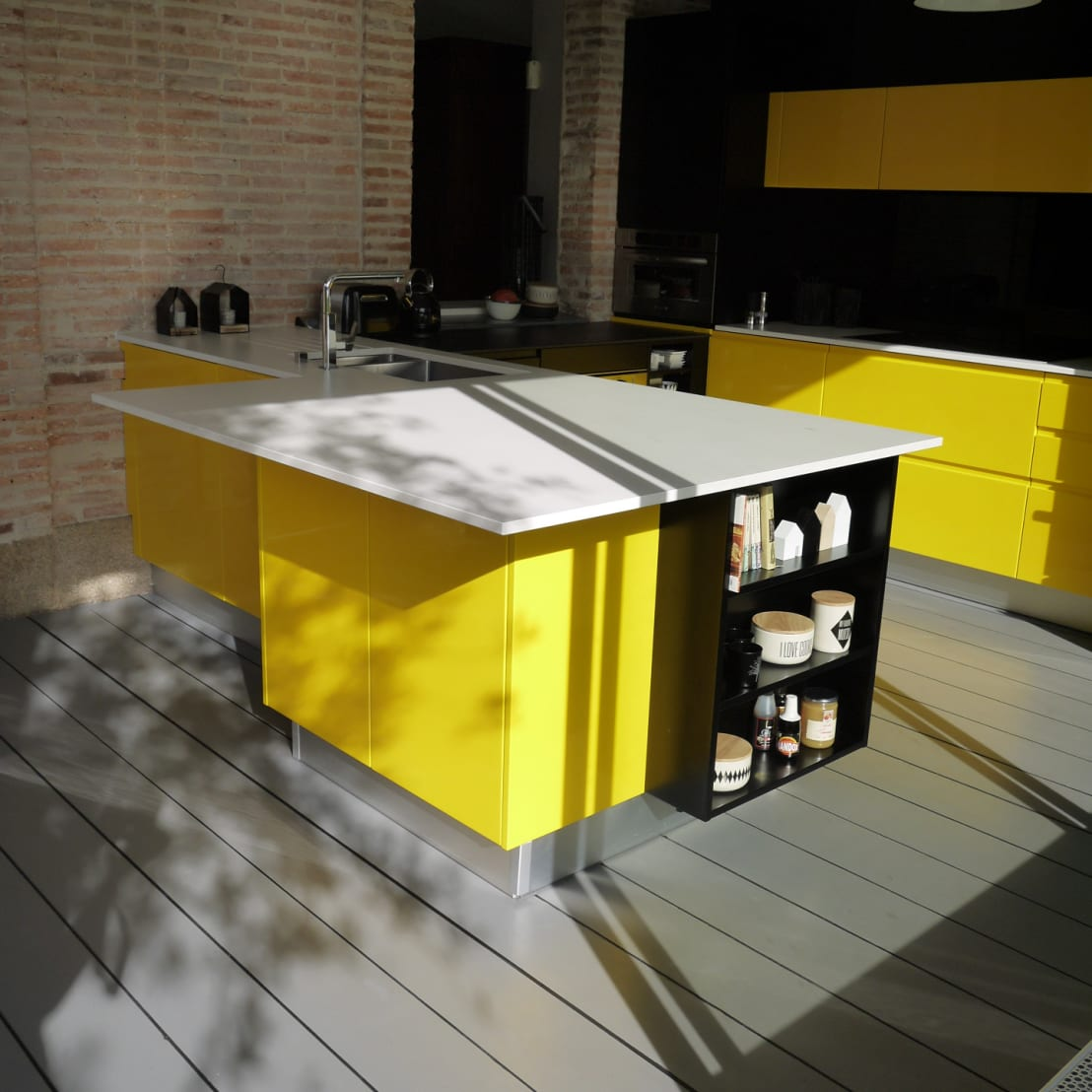du jaune dans la cuisine pour un look vitamin von. Black Bedroom Furniture Sets. Home Design Ideas