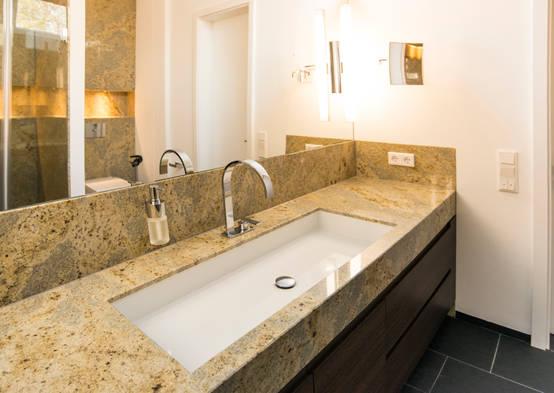 ein luxuri ses bad mit naturstein. Black Bedroom Furniture Sets. Home Design Ideas