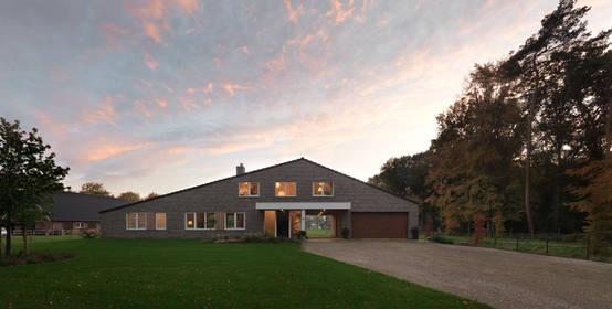 여유로운 풍경 사이 흙길따라 들어가는 정감있는 주택