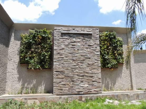 8 ideas con piedra para las paredes de tu jard n for Zocalos para patios modernos