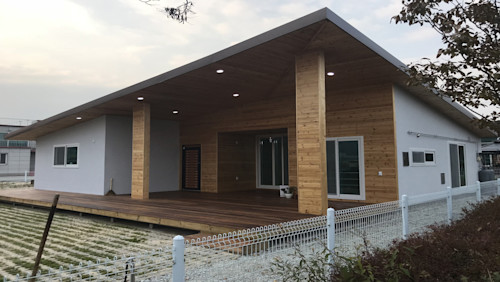 넓은 테라스와 지붕이 매력과 실용성을 더하다, 논산 문화마을 주택