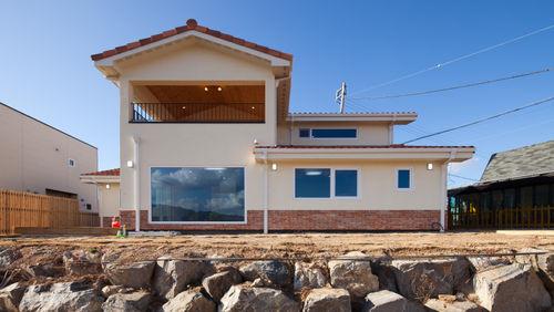 탁 트인 전망을 가진 북유럽 스타일 목조주택
