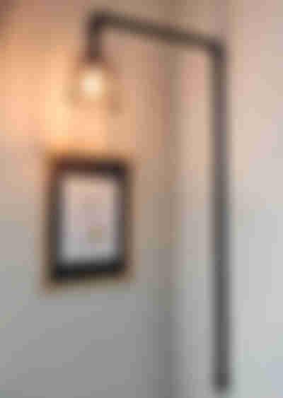 將水管燈安裝在牆上