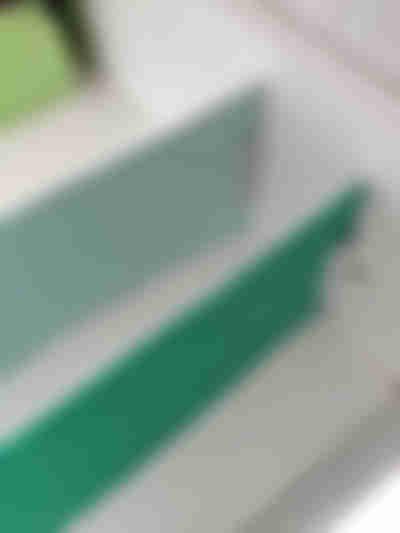 Coloque as canaletas nas laterais das divisórias de gaveta