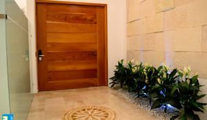 Puertas y ventanas de estilo moderno por Excelencia en Diseño