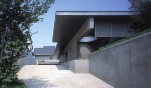 南アプローチ全景: JWA,Jun Watanabe & Associatesが手掛けたリビングです。