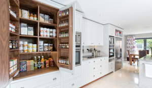 Cocinas de estilo clásico por Maple & Gray