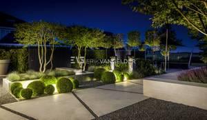 Moderne tuin bij avond: moderne Huizen door ERIK VAN GELDER | Devoted to Garden Design