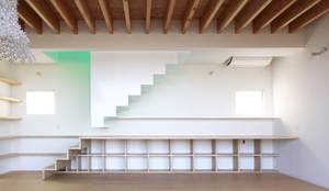 閉じる階段: WAA ARCHITECTS 一級建築士事務所が手掛けた廊下 & 玄関です。,