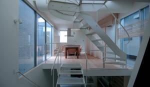 ダイニングとキッチン: M+2 Architects & Associatesが手掛けたダイニングです。,