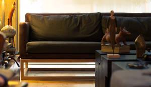 SOFA Y MESA: Salas de estilo moderno por TALLER R